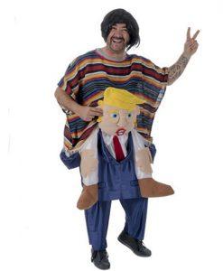 Disfraz mejicano a hombros de Trump